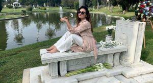 La figlia di Al Bano e Romina in posa sulla tomba del nonno,