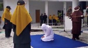 Sesso prima del matrimonio, donna presa a frustate in Indone