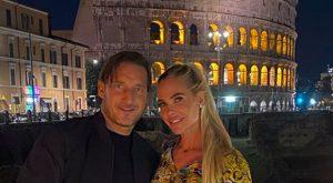 Francesco Totti, la tenera dedica a Ilary Blasi davanti al Colosseo e le battute degli amici