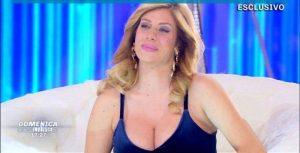 Domenica Live |  Paola Caruso attacca la madre biologica |  «Ha fatto tutto per soldi  Voglio sapere la verità»