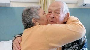 Covid, Giovannina e Michelarcangelo festeggiano 54 anni di matrimonio in ospedale: auguri e torta in corsia