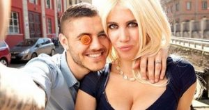 Wanda Nara seduce in rosa, lady Icardi in posa davanti all'Arco di Trionfo (FOTO)
