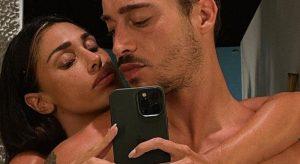 Belen, la foto senza veli col fidanzato Antonino. Un dettaglio spiazza i fan: «Come fate?»