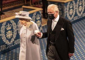 La regina Elisabetta torna al lavoro, primo impegno ufficiale dopo la morte del principe Filippo